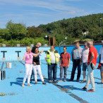 Martina Fehlner mit Mitgliedern der SPD-Stadtratsfraktion bei einem Besuch des maroden Bergschwimmbads in Erlenbach/Main.