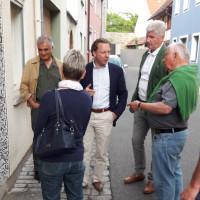 Während des Rundgangs erläuterte Herr Ullrich zahlreiche Details zur Baustruktur von Gebäuden, zu Häuserfassaden und zu städtebaulichen Aspekten. (Foto: J. Kößler)